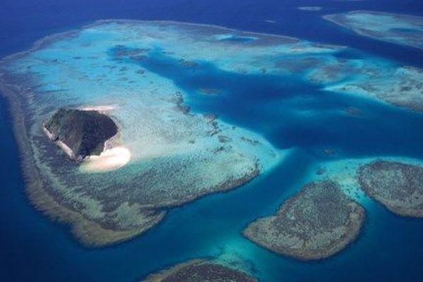 Une image satellite de la NASA montre les lagons et les récifs de la Nouvelle-Calédonie. Cet archipel gouverné par la France abrite la troisième plus grande structure de récifs coralliens au monde.