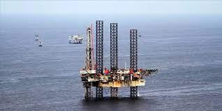 Plate-forme pétrolière solitaire dans la mer d'Oman